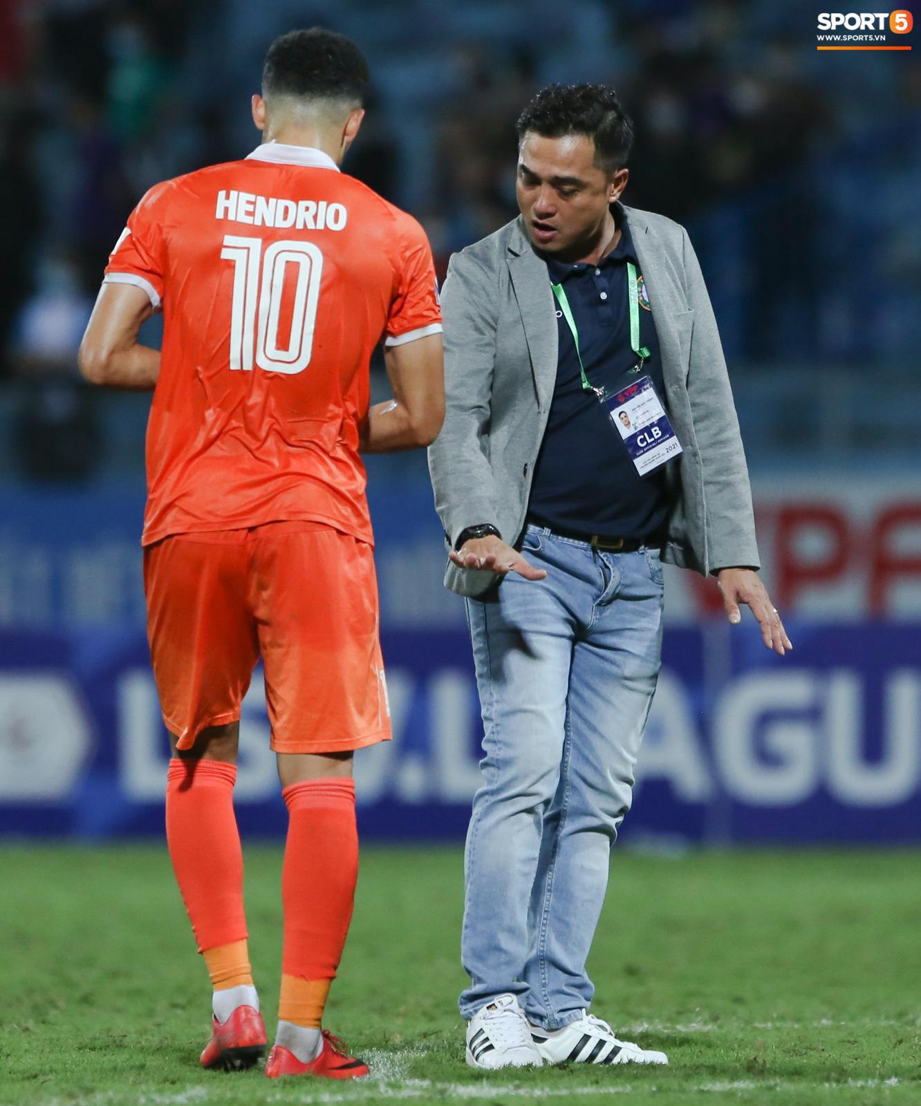 Cựu cầu thủ U16 Barca nằm sân câu giờ, bị HLV Bình Định mắng không hiểu gì về bóng đá Việt Nam - ảnh 7