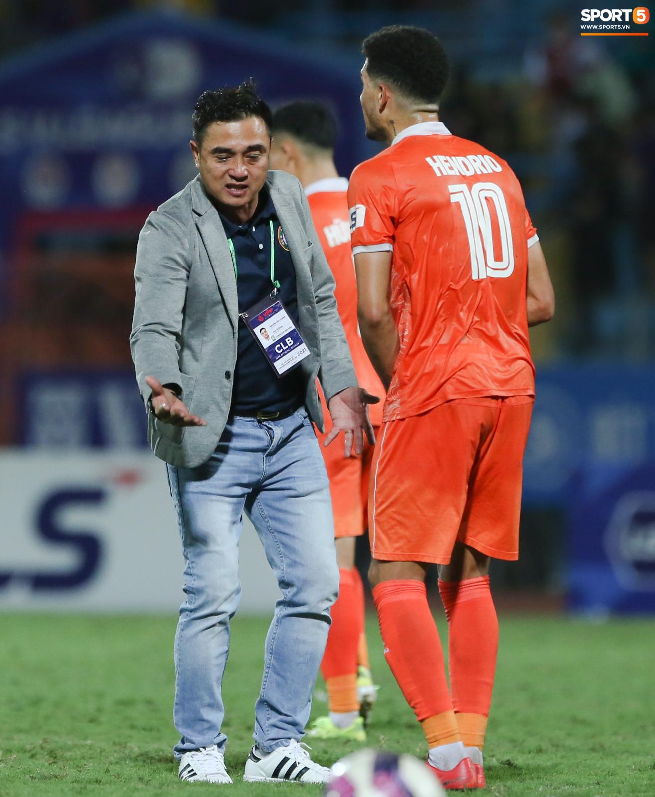 Cựu cầu thủ U16 Barca nằm sân câu giờ, bị HLV Bình Định mắng không hiểu gì về bóng đá Việt Nam - ảnh 6