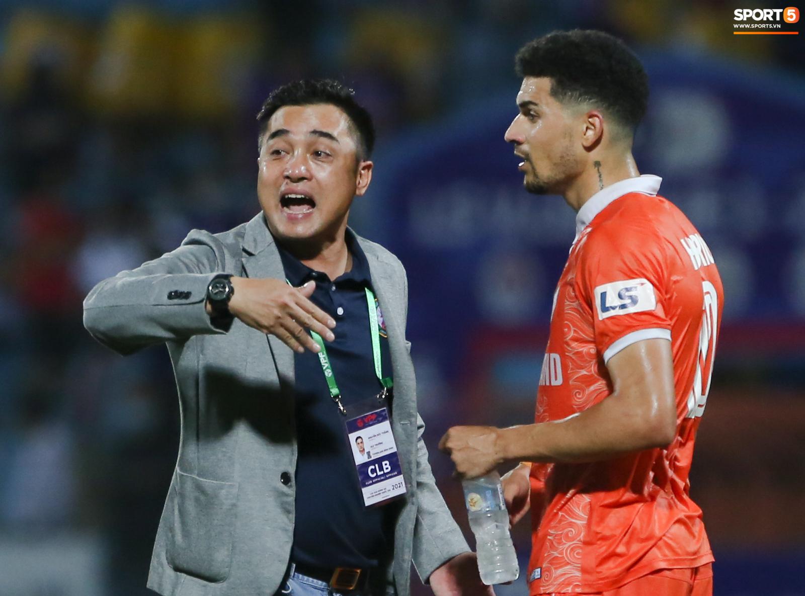 Cựu cầu thủ U16 Barca nằm sân câu giờ, bị HLV Bình Định mắng không hiểu gì về bóng đá Việt Nam - ảnh 10