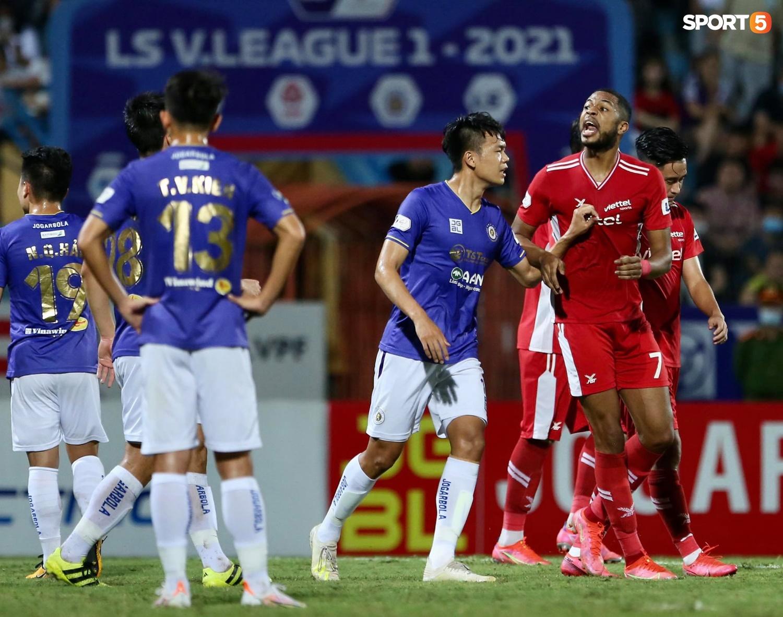 Thành Chung và ngoại binh bóp cổ nhau, trận Hà Nội FC đấu Viettel cực nóng - ảnh 10