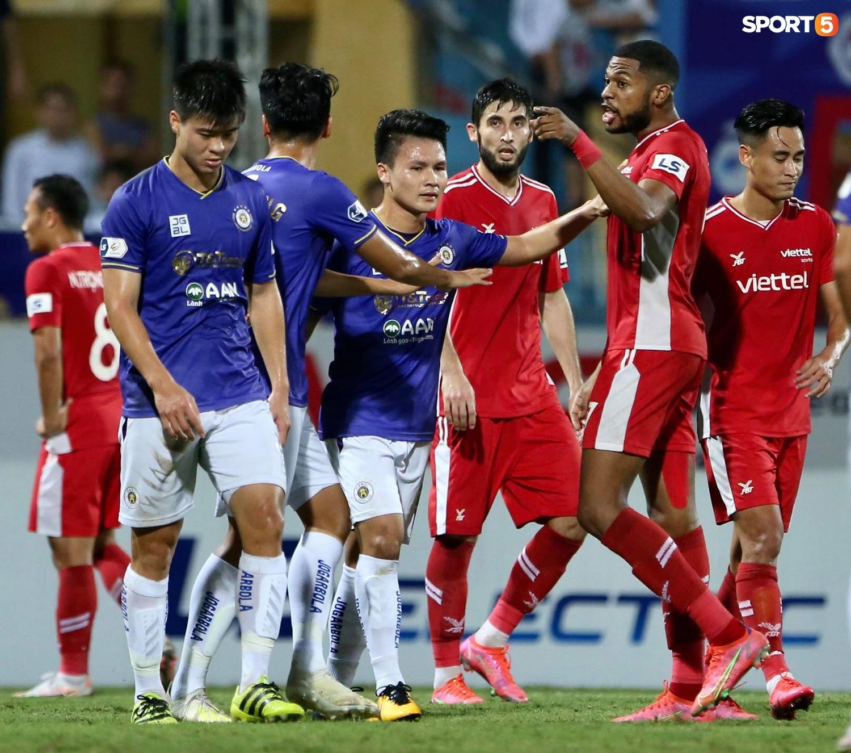 Thành Chung và ngoại binh bóp cổ nhau, trận Hà Nội FC đấu Viettel cực nóng - ảnh 11