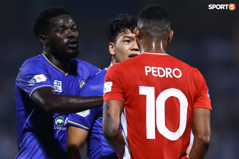 Thành Chung và ngoại binh bóp cổ nhau, trận Hà Nội FC đấu Viettel cực nóng - ảnh 7