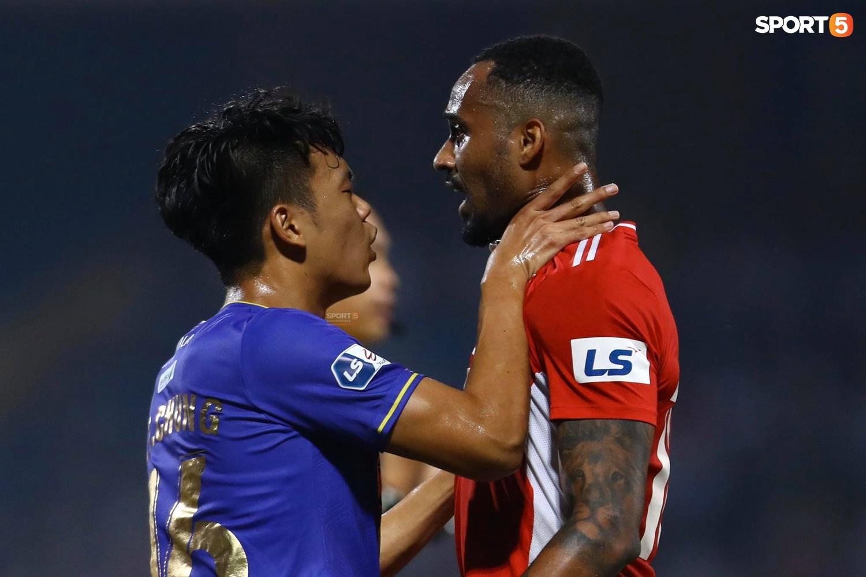 Thành Chung và ngoại binh bóp cổ nhau, trận Hà Nội FC đấu Viettel cực nóng - ảnh 3