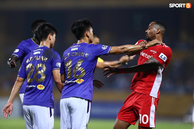 Thành Chung và ngoại binh bóp cổ nhau, trận Hà Nội FC đấu Viettel cực nóng - ảnh 4