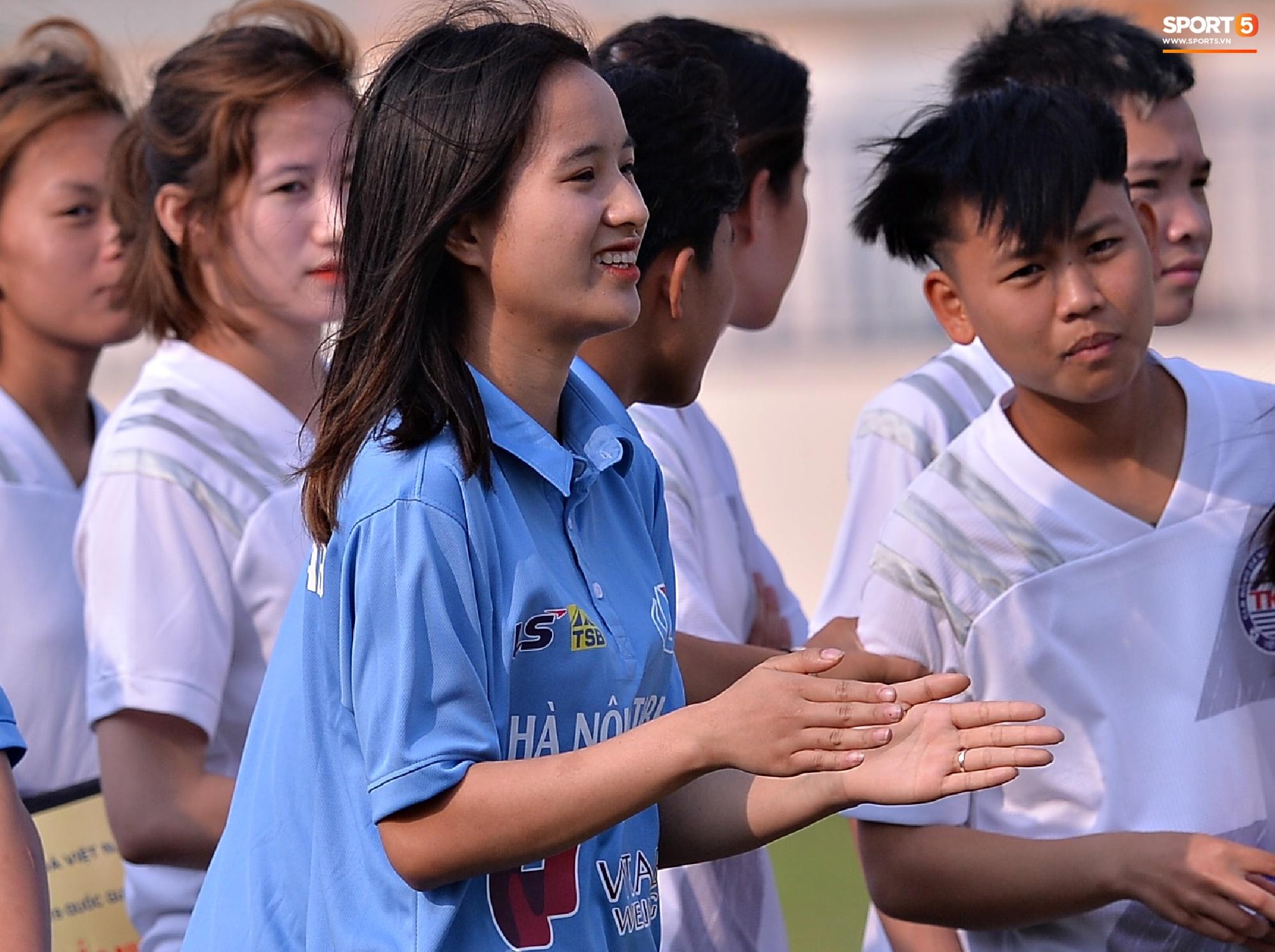 Dàn gái xinh rạng rỡ, đáng yêu trong ngày bế mạc giải bóng đá Nữ Vô địch U19 Quốc gia 2021 - ảnh 15
