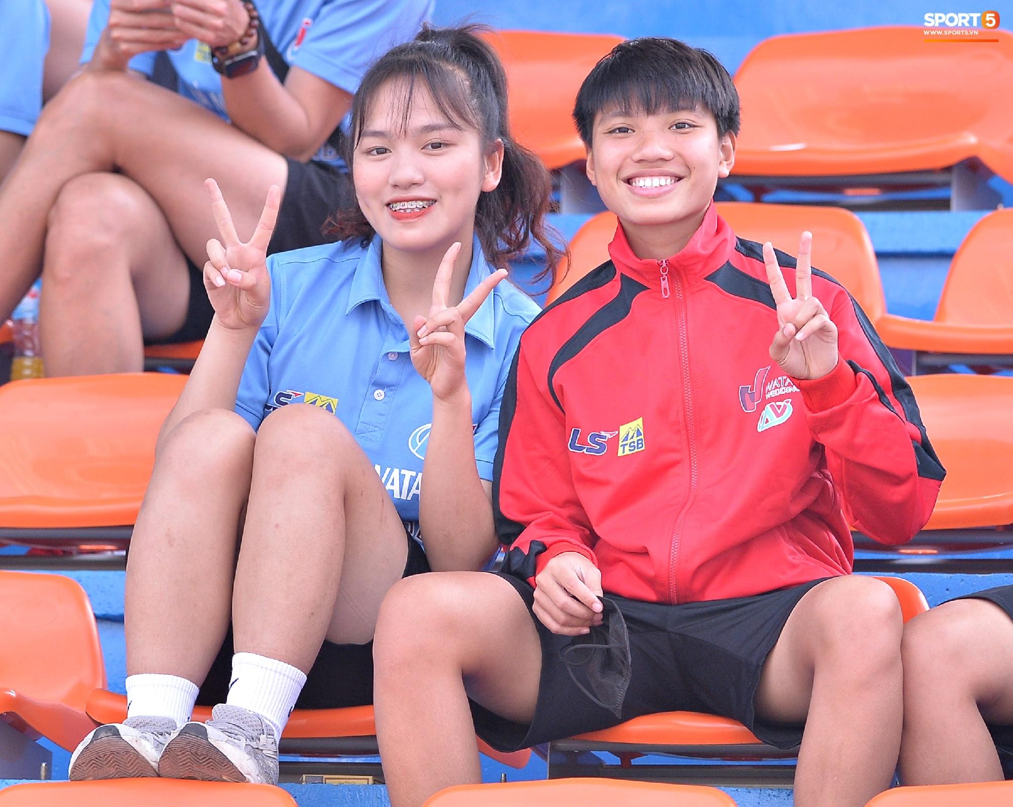 Dàn gái xinh rạng rỡ, đáng yêu trong ngày bế mạc giải bóng đá Nữ Vô địch U19 Quốc gia 2021 - ảnh 13
