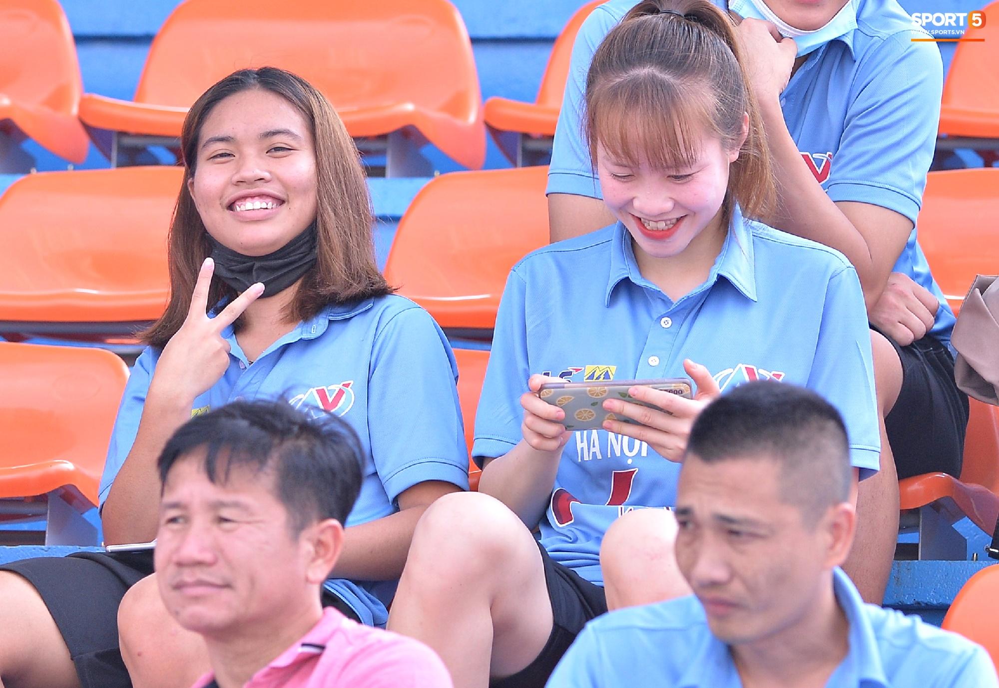 Dàn gái xinh rạng rỡ, đáng yêu trong ngày bế mạc giải bóng đá Nữ Vô địch U19 Quốc gia 2021 - ảnh 14