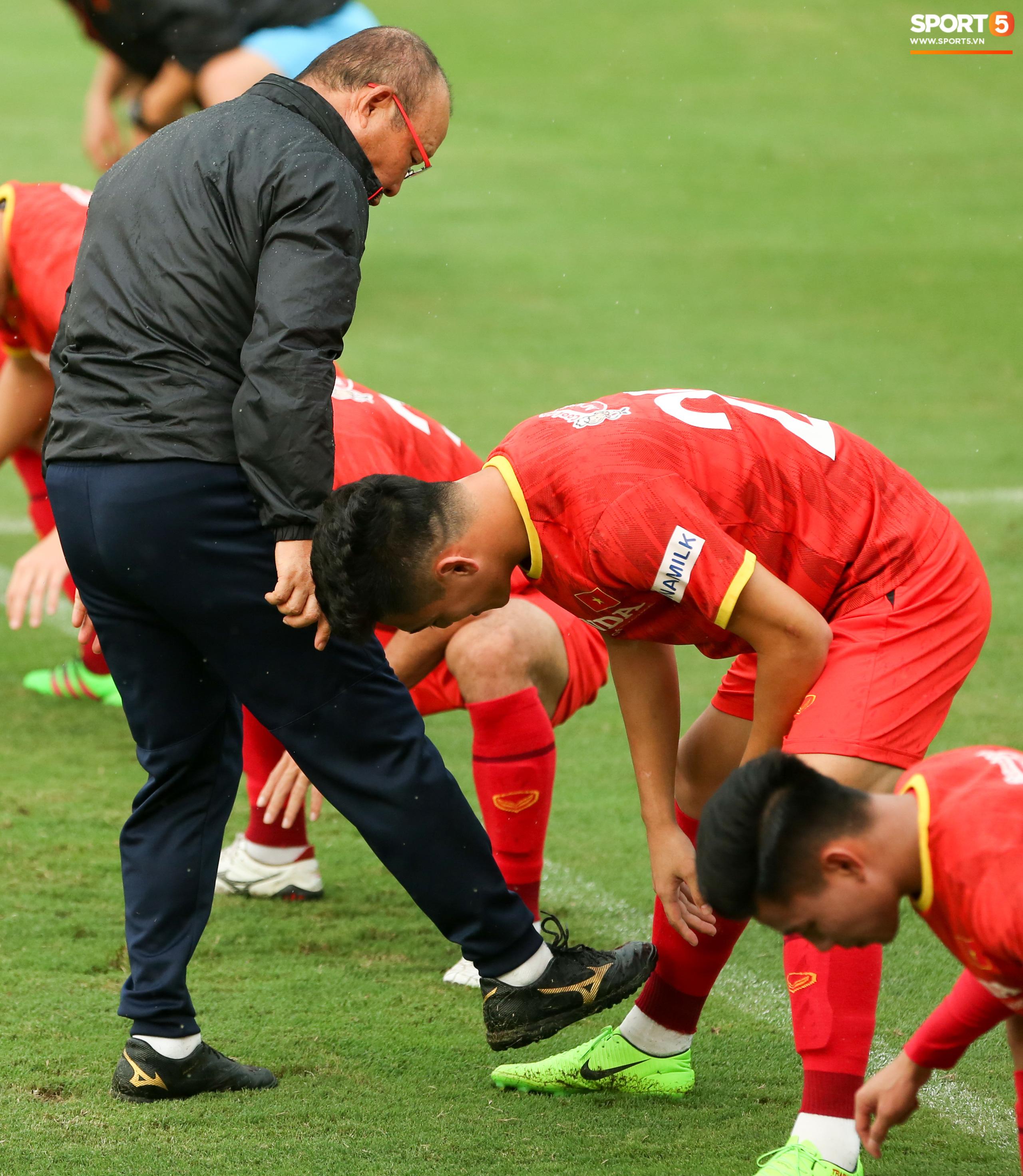 HLV Park Hang-seo dạy riêng Công Phượng, nhắc nhở Tiến Linh về trang phục - Ảnh 8.