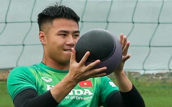 Thủ môn tuyển Việt Nam vất vả luyện cơ bụng với đệm cân bằng và bóng đặc biệt