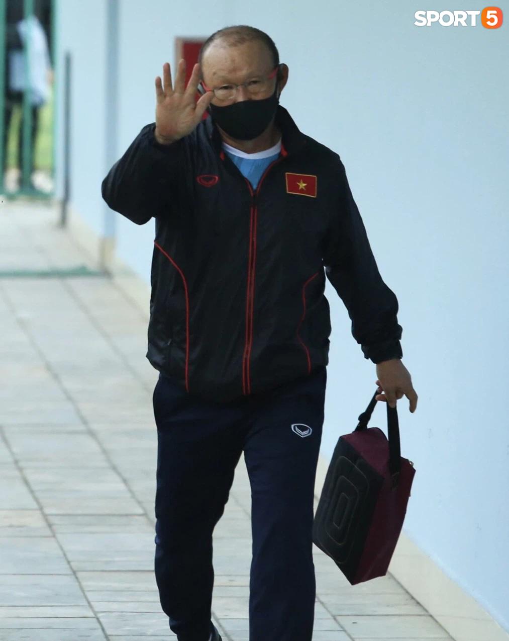Bực vì học trò không thực hiện đúng, HLV Park Hang-seo trực tiếp thị phạm chuyền bóng - Ảnh 1.