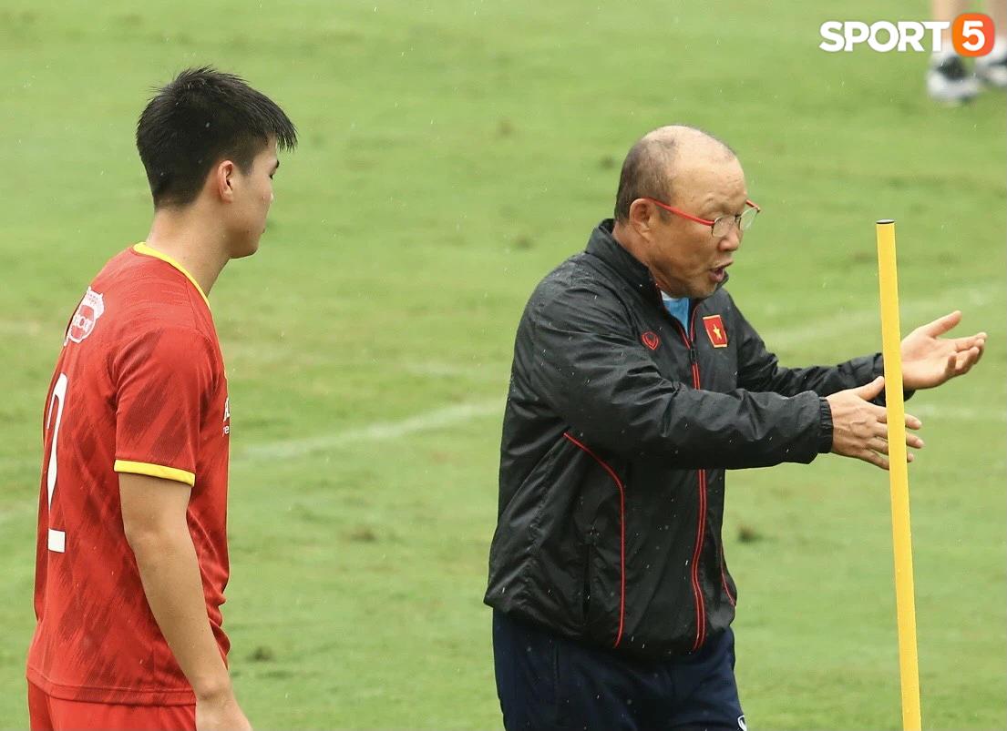 Bực vì học trò không thực hiện đúng, HLV Park Hang-seo trực tiếp thị phạm chuyền bóng - Ảnh 6.