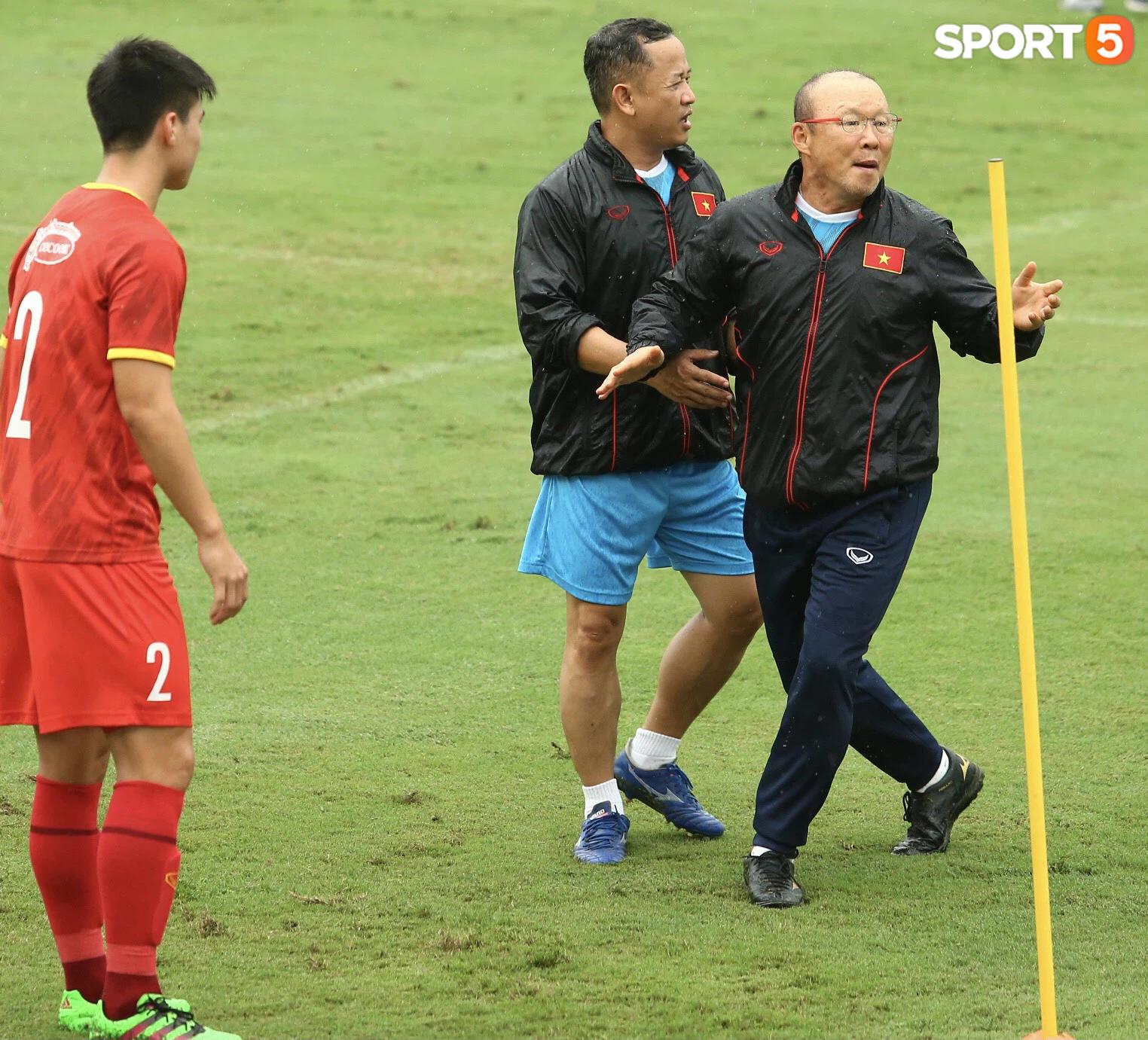 Bực vì học trò không thực hiện đúng, HLV Park Hang-seo trực tiếp thị phạm chuyền bóng - Ảnh 7.