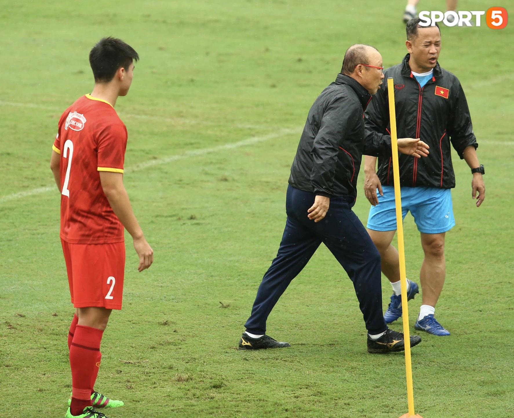 Bực vì học trò không thực hiện đúng, HLV Park Hang-seo trực tiếp thị phạm chuyền bóng - Ảnh 8.