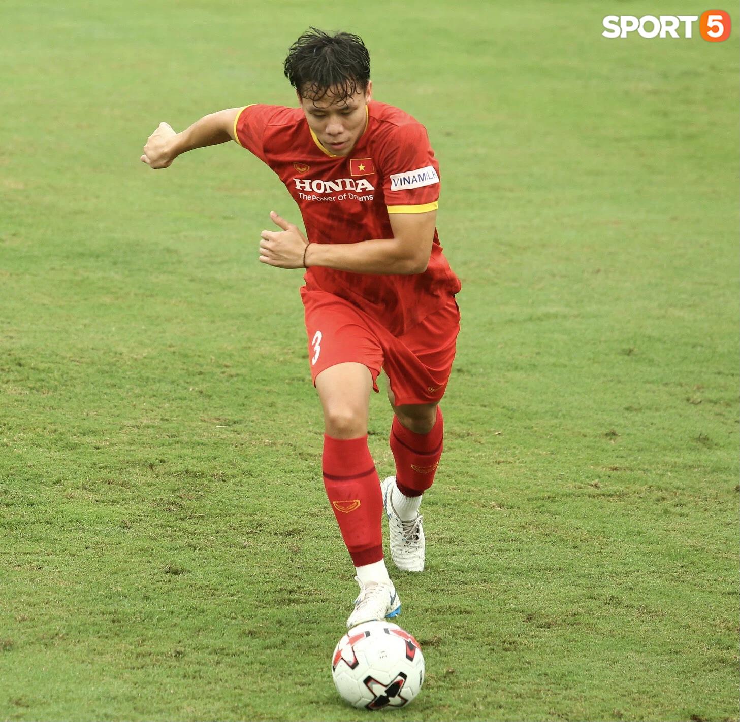 Bực vì học trò không thực hiện đúng, HLV Park Hang-seo trực tiếp thị phạm chuyền bóng - Ảnh 12.