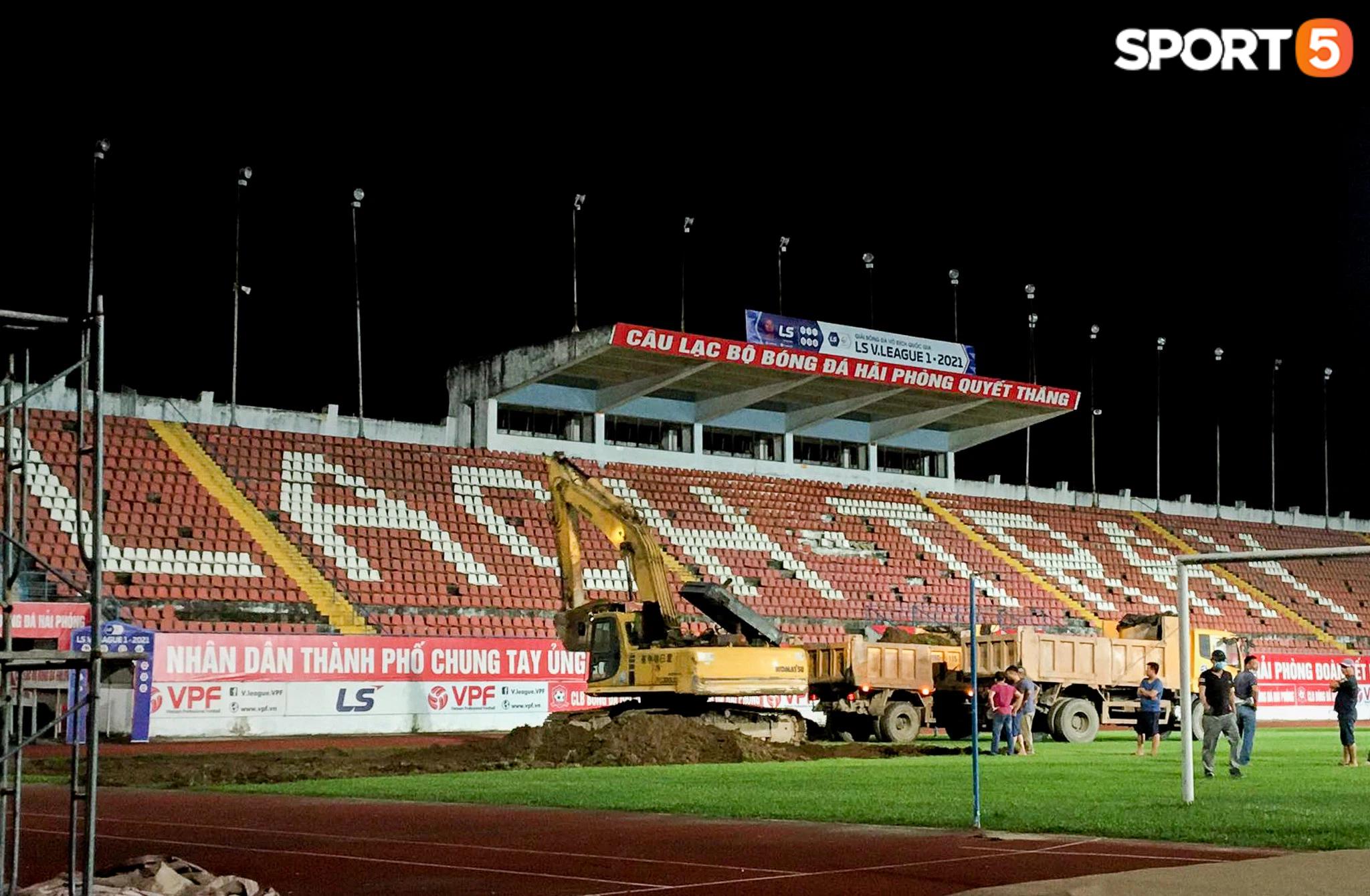 SVĐ Lạch Tray bắt đầu dự án cải tạo mặt sân hàng chục tỷ đồng ngay trong đêm - Ảnh 2.