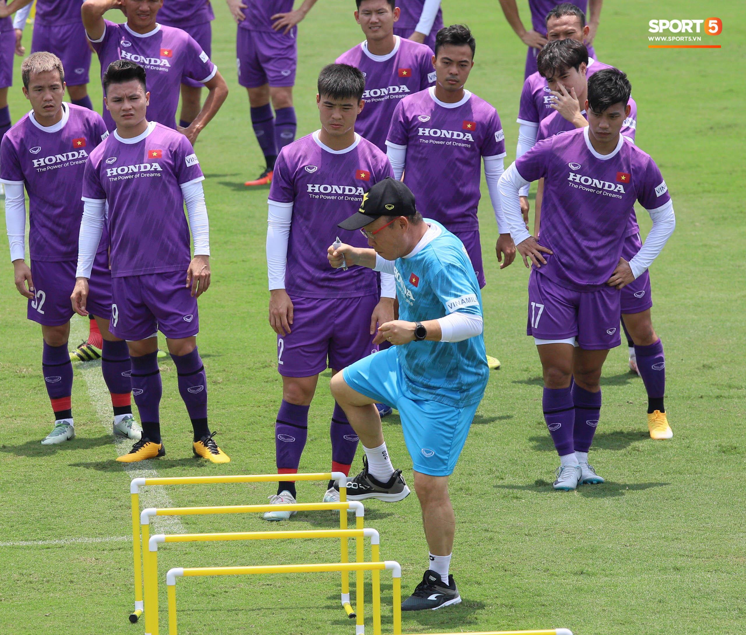 """""""Cầu thủ trẻ"""" Trọng Hoàng trở lại sân tập, HLV Park Hang-seo mừng ra mặt - Ảnh 6."""