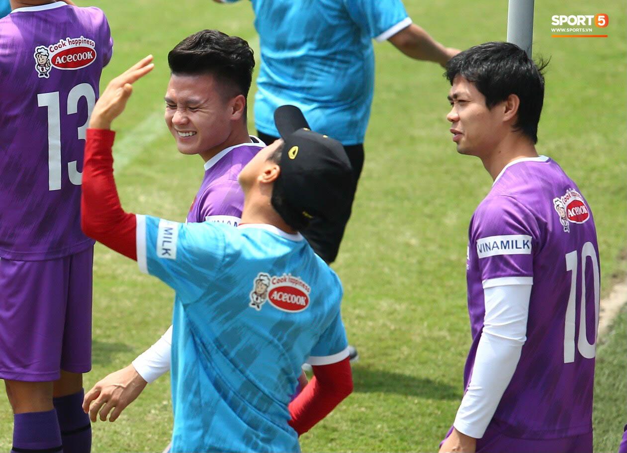 """""""Cầu thủ trẻ"""" Trọng Hoàng trở lại sân tập, HLV Park Hang-seo mừng ra mặt - Ảnh 10."""