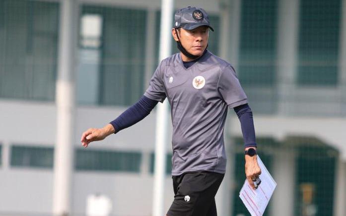 """HLV tuyển Indonesia bị nghi ngờ có """"động cơ khác"""" vì danh sách tập trung, lo lắng cầu thủ yếu đi khi nhịn ăn"""