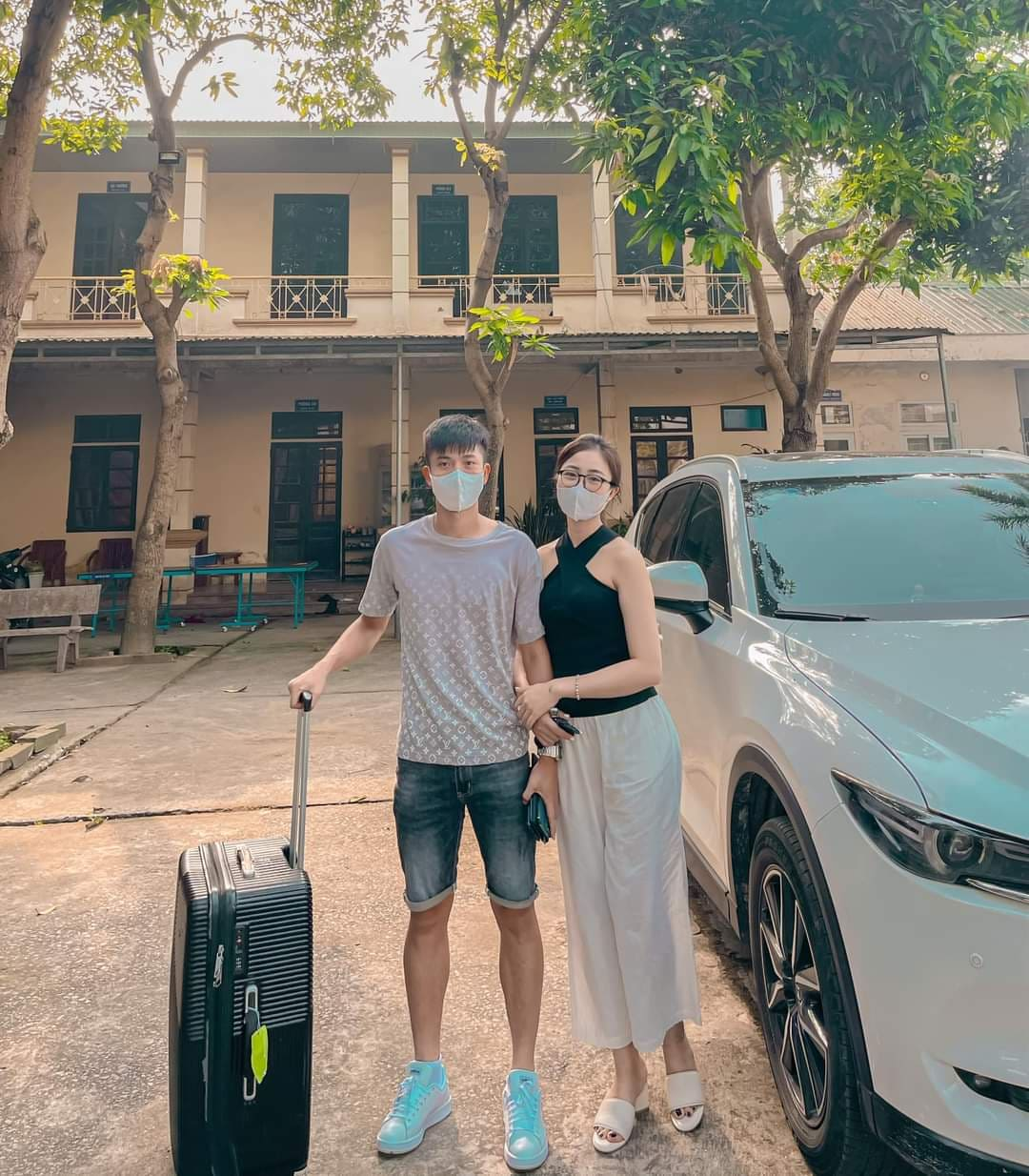 Văn Đức, Xuân Mạnh được vợ tiễn đi Hà Nội hội quân cùng đội tuyển Việt Nam - ảnh 1