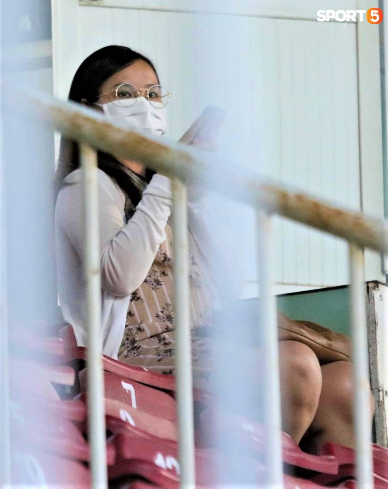 Vợ Công Phượng đến sân cổ vũ HAGL, dáng vẻ mang bầu lộ rõ - ảnh 3