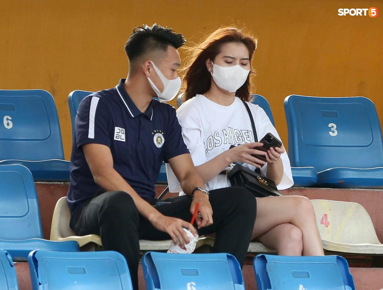 Duy Mạnh thơm má ngoại binh ghi bàn cho Hà Nội FC - ảnh 11