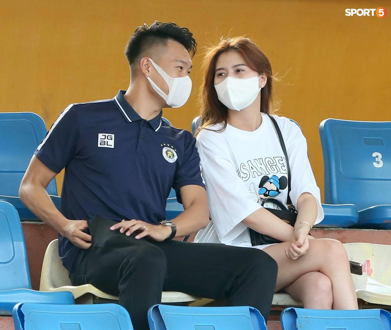 Duy Mạnh thơm má ngoại binh ghi bàn cho Hà Nội FC - ảnh 10