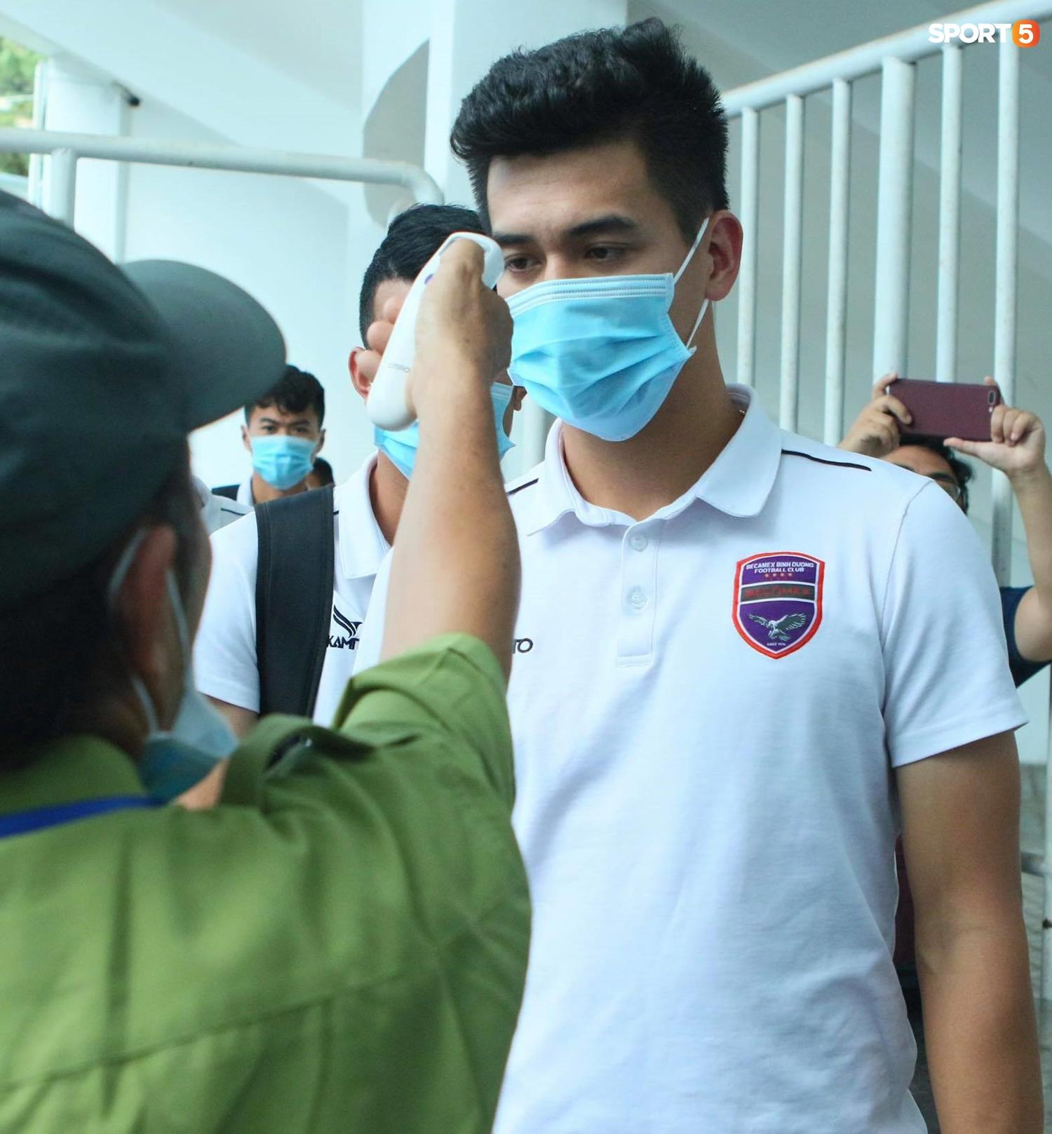 Xuân Trường đeo kính râm cực ngầu, nhẫn đính hôn nổi bật trên tay trước trận HAGL gặp Bình Dương - ảnh 10