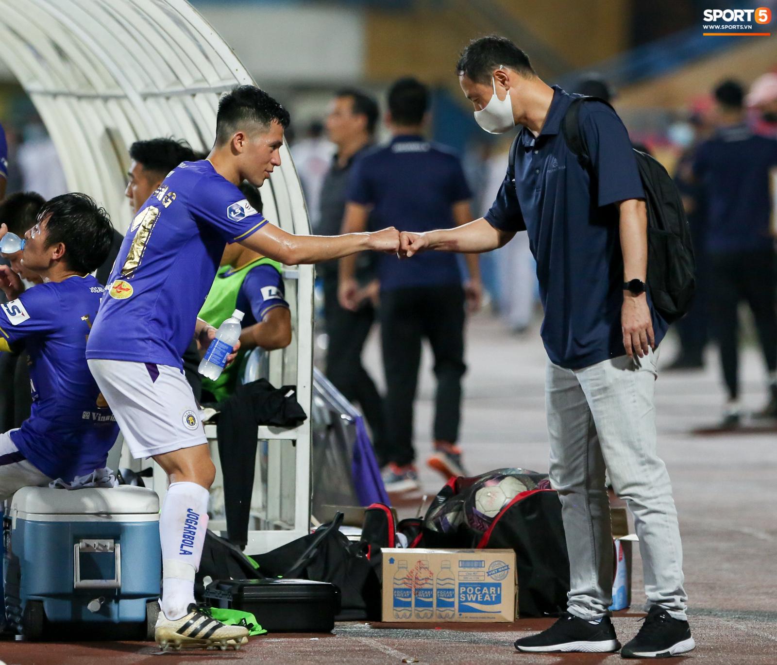 HLV Hà Nội FC trao đổi riêng với trợ lý HLV Park Hang-seo sau trận thắng đầu tiên - ảnh 8