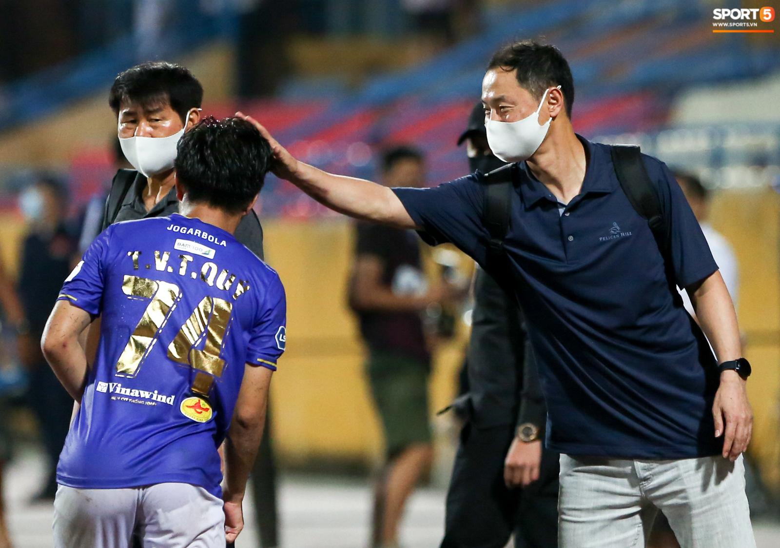 HLV Hà Nội FC trao đổi riêng với trợ lý HLV Park Hang-seo sau trận thắng đầu tiên - ảnh 7