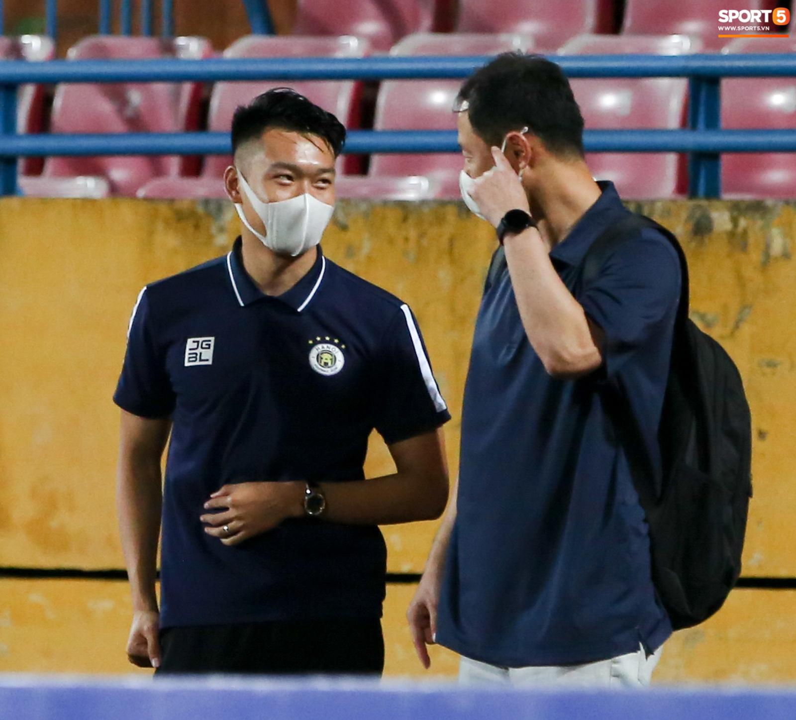 HLV Hà Nội FC trao đổi riêng với trợ lý HLV Park Hang-seo sau trận thắng đầu tiên - ảnh 6