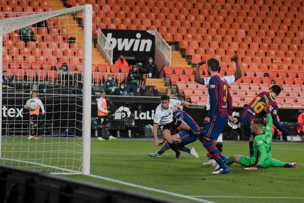 Barcelona thắng ngược kính tính trước Valencia để trở lại đường đua vô địch La Liga - ảnh 4