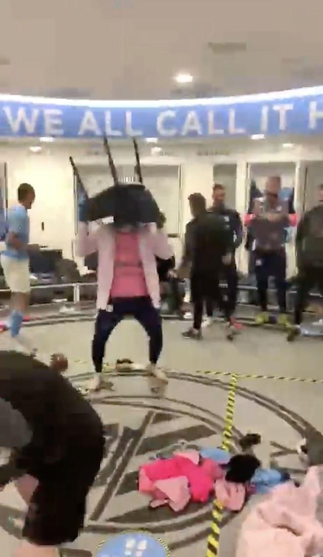 """Cầu thủ Man City ăn mừng """"điên dại"""" trong phòng thay đồ, fan đổ ra đường ăn mừng, nhiều người không đeo khẩu trang - Ảnh 2."""