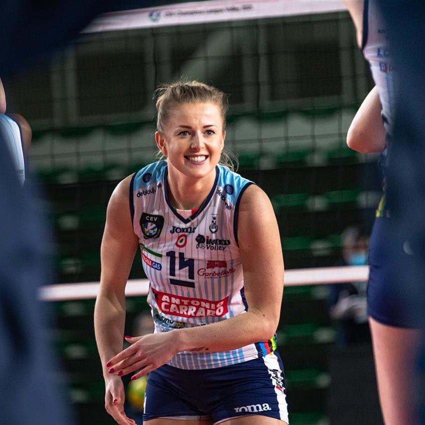Phấn khích sau chức vô địch, nữ VĐV bóng chuyền xinh đẹp lột sạch quần áo để tạo nên màn ăn mừng táo bạo - ảnh 7
