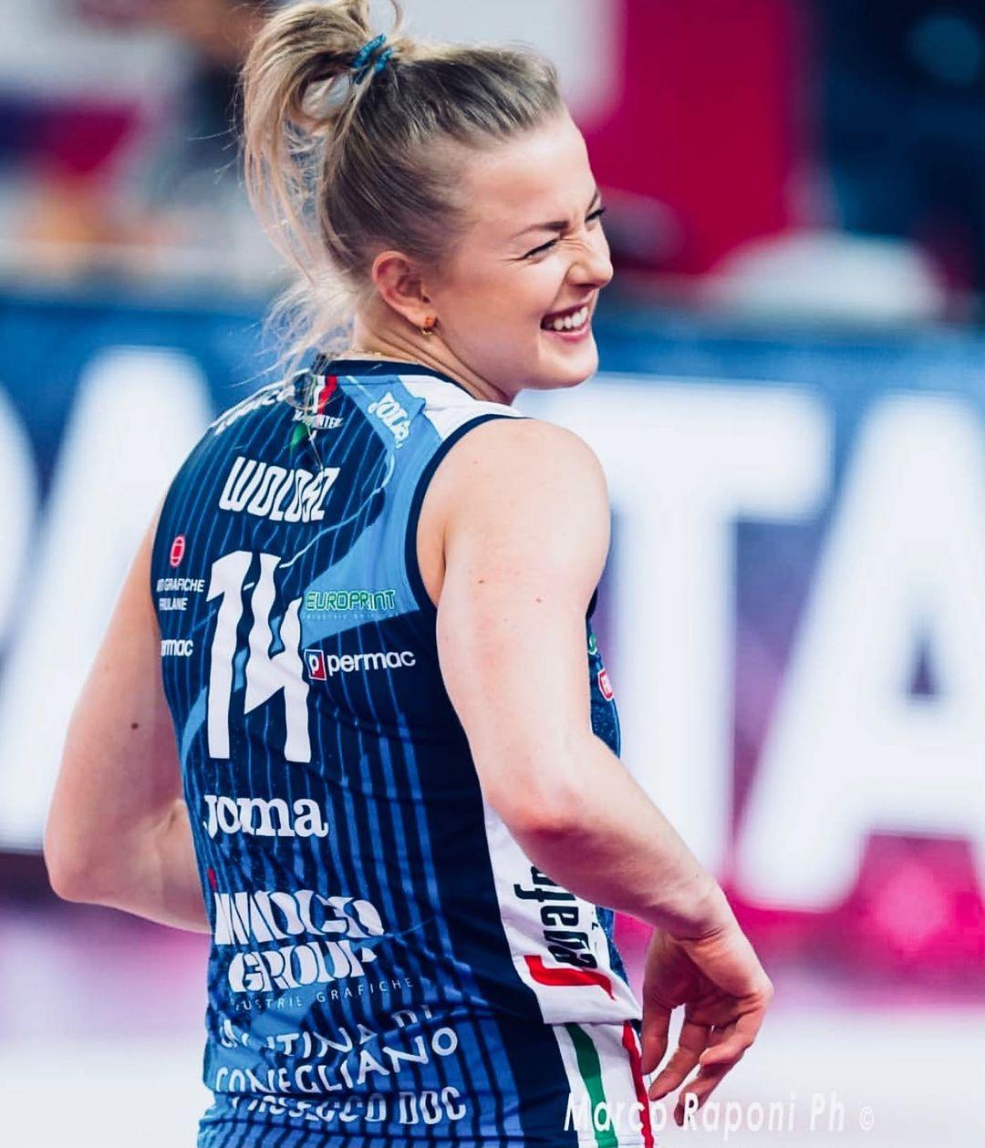 Phấn khích sau chức vô địch, nữ VĐV bóng chuyền xinh đẹp lột sạch quần áo để tạo nên màn ăn mừng táo bạo - ảnh 8
