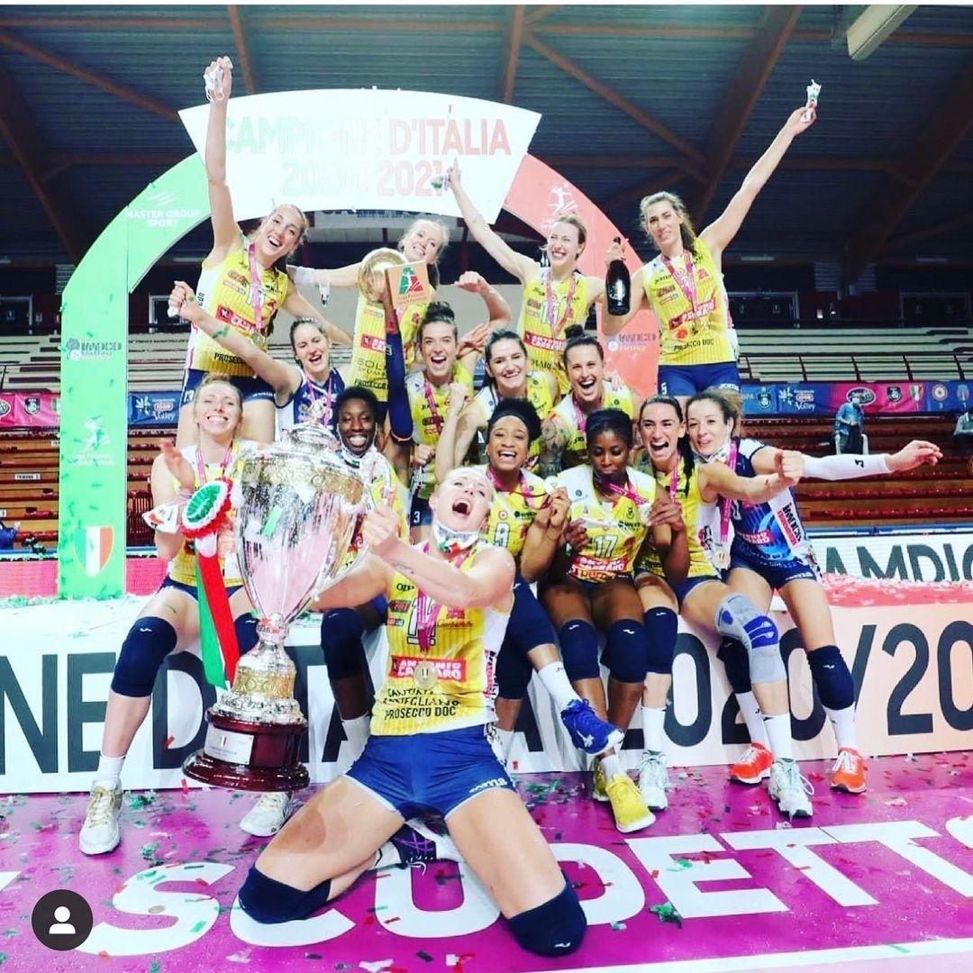 Phấn khích sau chức vô địch, nữ VĐV bóng chuyền xinh đẹp lột sạch quần áo để tạo nên màn ăn mừng táo bạo - ảnh 2