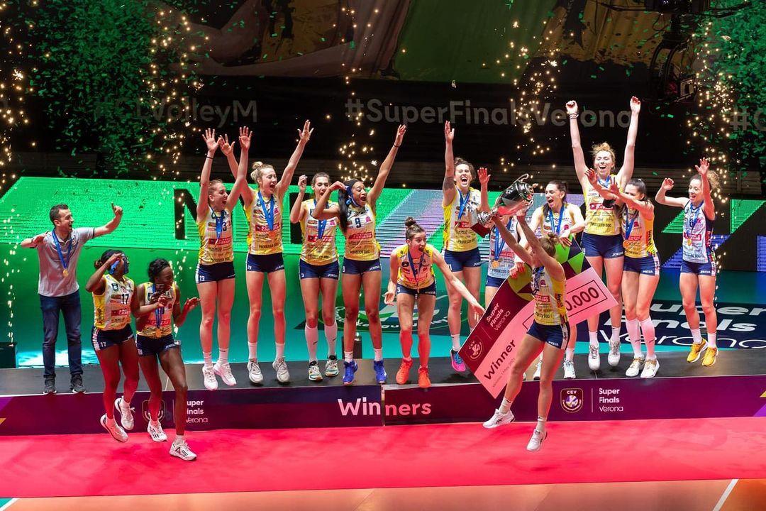 Phấn khích sau chức vô địch, nữ VĐV bóng chuyền xinh đẹp lột sạch quần áo để tạo nên màn ăn mừng táo bạo - ảnh 1