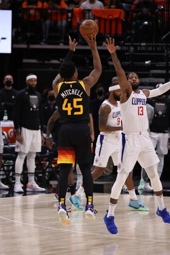 Utah Jazz vươn lên nắm thế thượng phong cùng kỷ lục ném ba điểm - Ảnh 2.