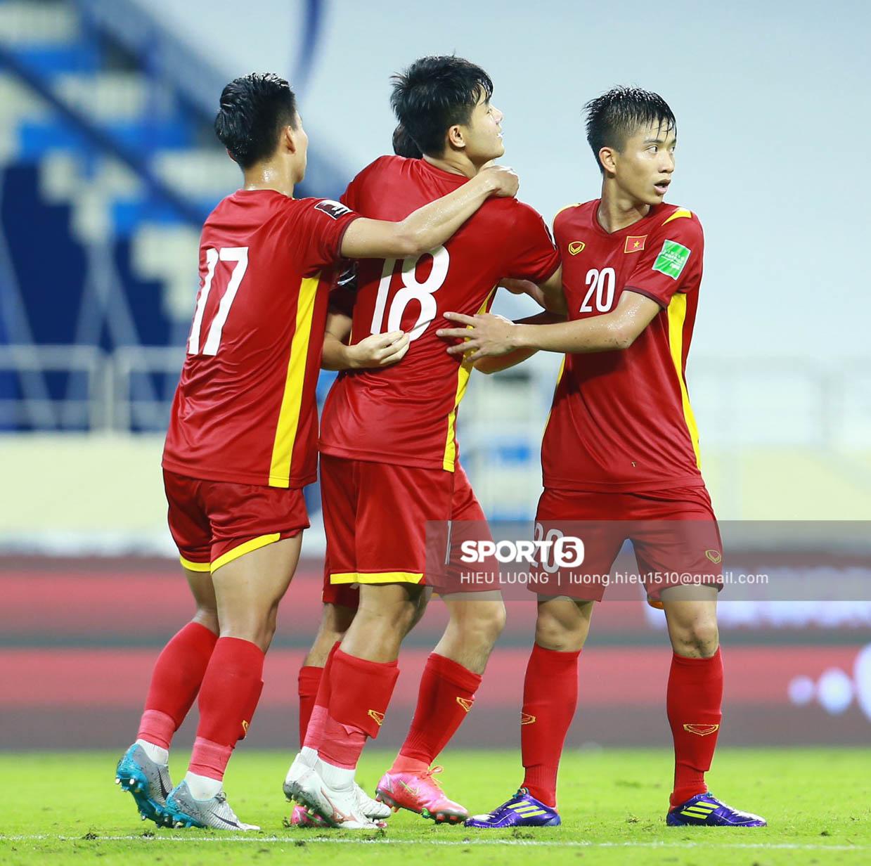 Chùm ảnh tuyển Việt Nam hân hoan với niềm vui chiến thắng Malaysia - ảnh 17