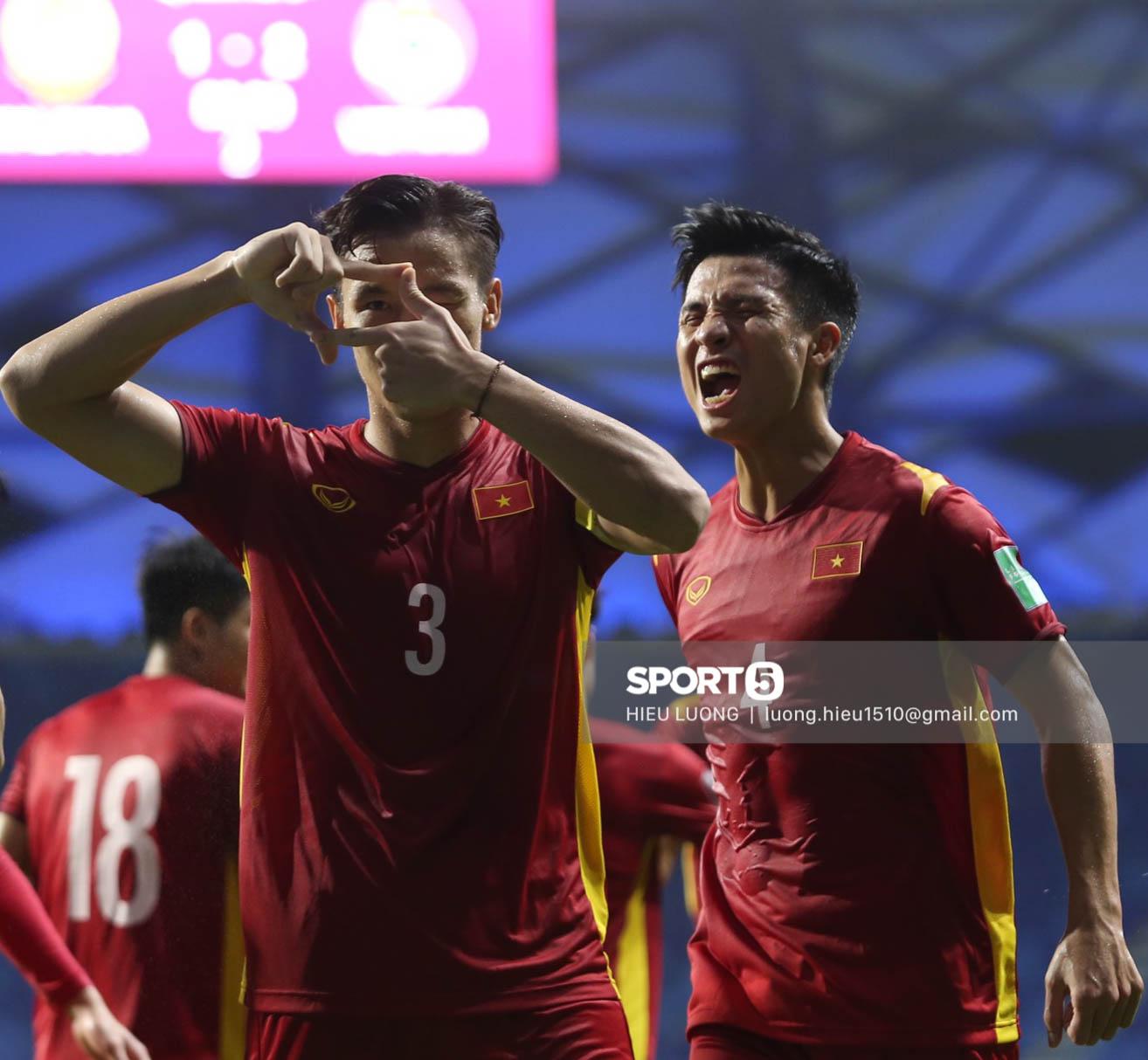 Chùm ảnh tuyển Việt Nam hân hoan với niềm vui chiến thắng Malaysia - ảnh 10