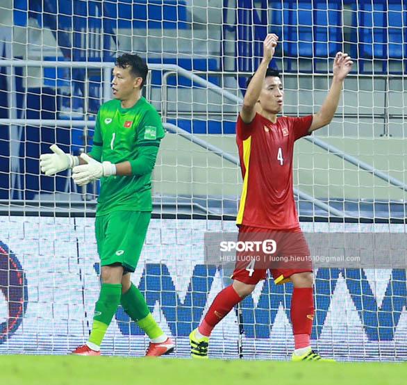 Tuyển Việt Nam trao nhau những cái ôm thắm thiết sau trận thắng Malaysia - Ảnh 1.