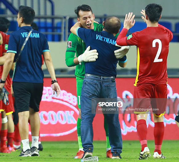 Tuyển Việt Nam trao nhau những cái ôm thắm thiết sau trận thắng Malaysia - Ảnh 6.