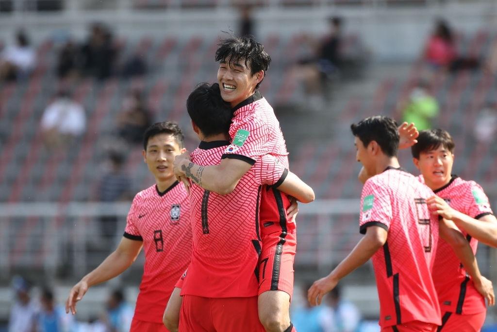 Son Heung-min động viên Eriksen sau khi ghi bàn mang niềm vui đến hàng triệu fan Việt Nam - Ảnh 3.