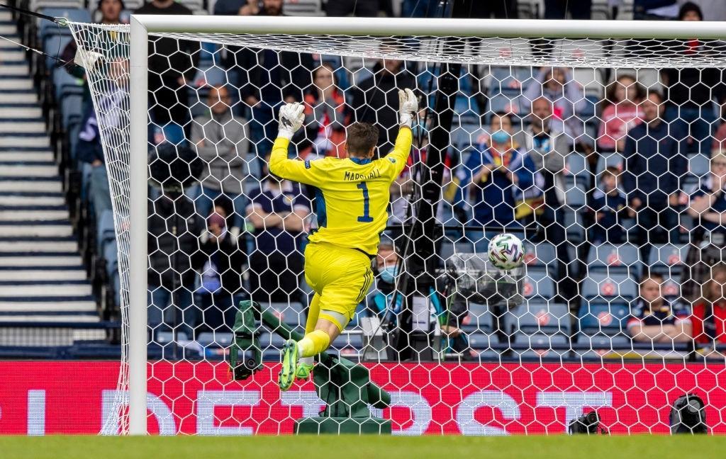 Xuất hiện ứng viên nặng ký cho bàn thắng đẹp nhất Euro 2020: Trai đẹp tung cú sút từ giữa sân khiến 98% khán giả chết lặng - ảnh 2
