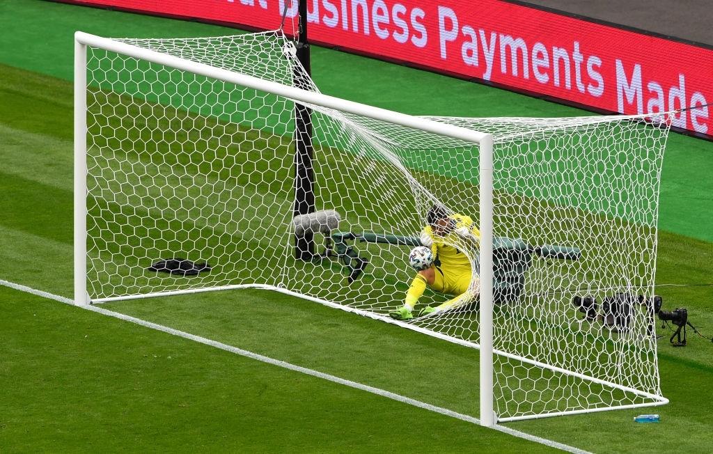 Xuất hiện ứng viên nặng ký cho bàn thắng đẹp nhất Euro 2020: Trai đẹp tung cú sút từ giữa sân khiến 98% khán giả chết lặng - ảnh 4