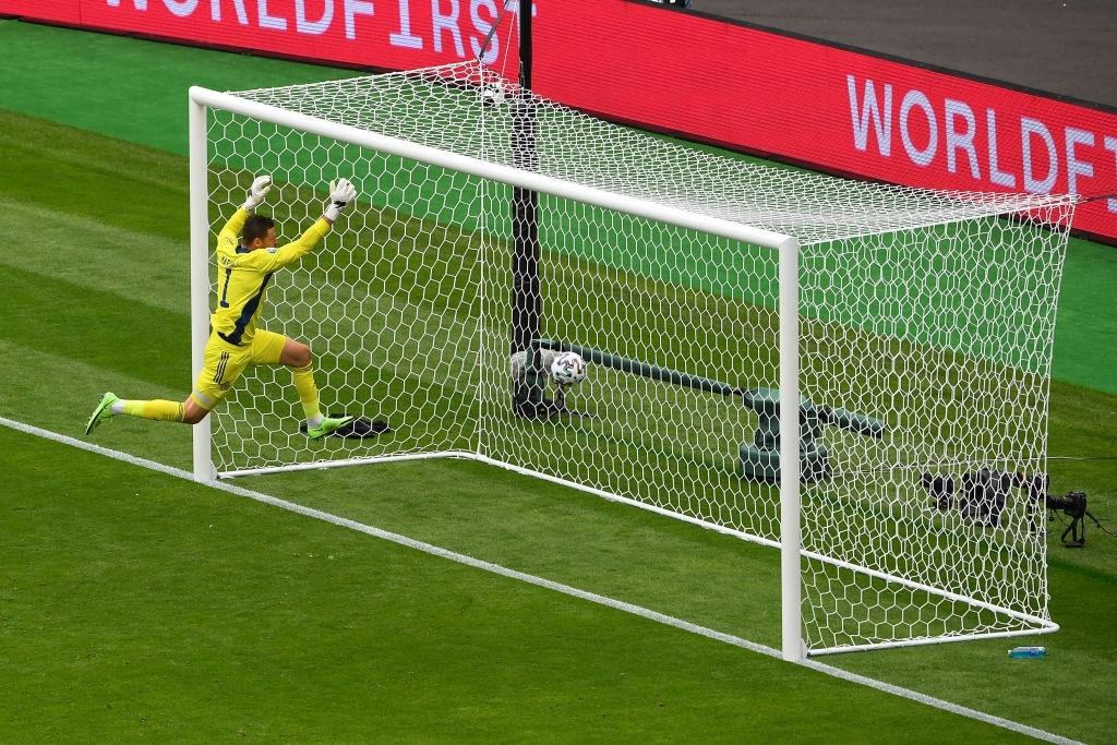 Xuất hiện ứng viên nặng ký cho bàn thắng đẹp nhất Euro 2020: Trai đẹp tung cú sút từ giữa sân khiến 98% khán giả chết lặng - ảnh 3