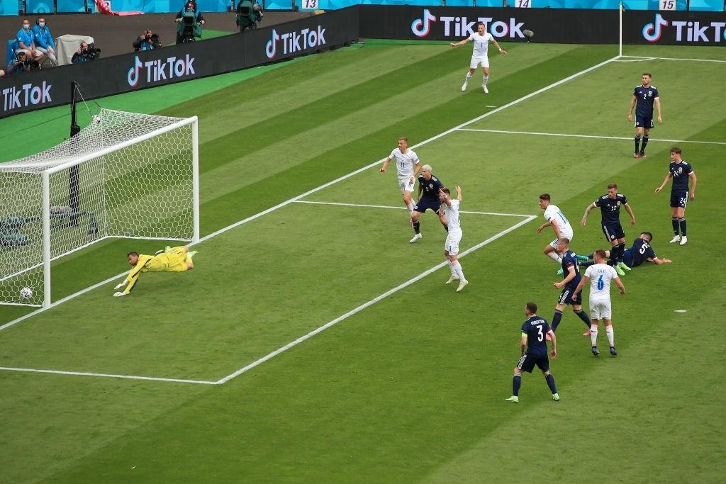 Xuất hiện ứng viên nặng ký cho bàn thắng đẹp nhất Euro 2020: Trai đẹp tung cú sút từ giữa sân khiến 98% khán giả chết lặng - ảnh 9
