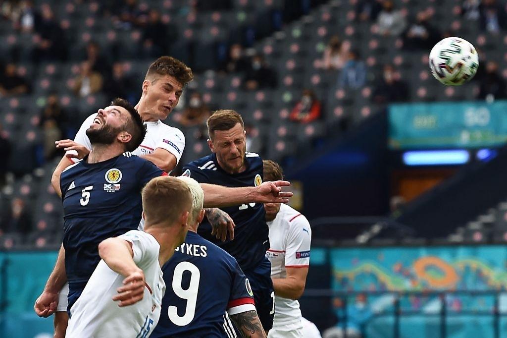 Xuất hiện ứng viên nặng ký cho bàn thắng đẹp nhất Euro 2020: Trai đẹp tung cú sút từ giữa sân khiến 98% khán giả chết lặng - ảnh 8