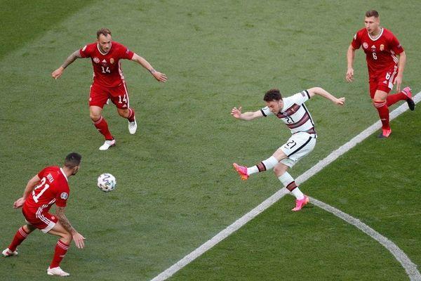 Ronaldo lập cú đúp, Bồ Đào Nha đại thắng trong trận đầu tiên tại Euro - Ảnh 1.