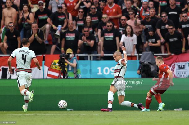 Ronaldo lập cú đúp, Bồ Đào Nha đại thắng trong trận đầu tiên tại Euro - Ảnh 3.