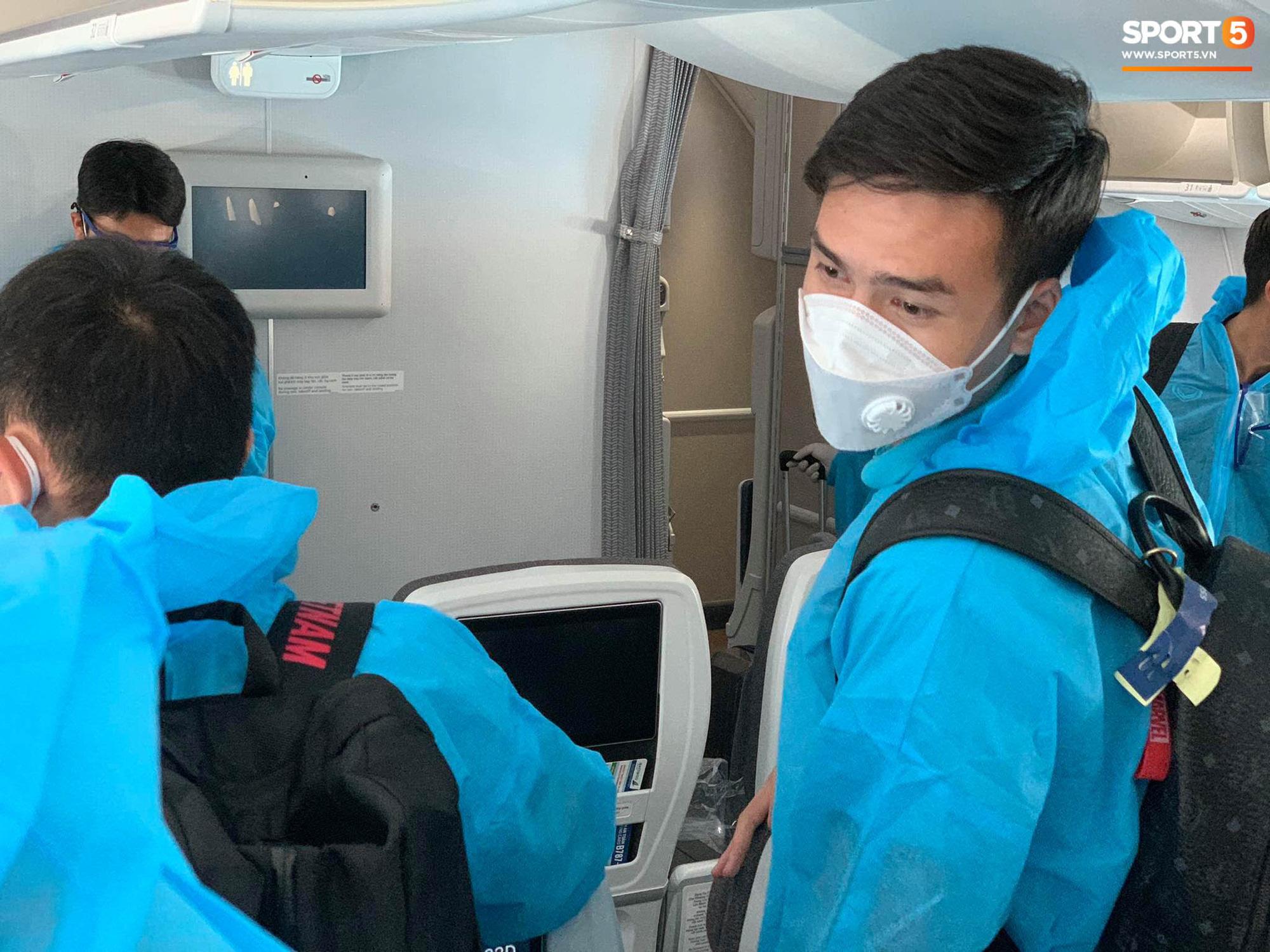 Hậu vệ tuyển Việt Nam ngẩn ngơ vì bị thất lạc điện thoại từ UAE - Ảnh 1.